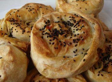 Fıstıklı Üzümlü Gül Böreği Tarifi – Börek Tarifleri