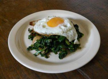 Hamburger Ekmeği İçinde Ispanaklı Yumurta Tarifi – Sebze Yemekleri